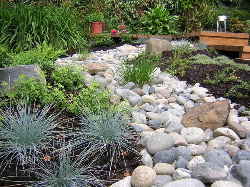 Asian Style Garden Decor with Rocks