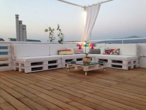 Outdoor-Pallet-Corner-Couch-with-Table
