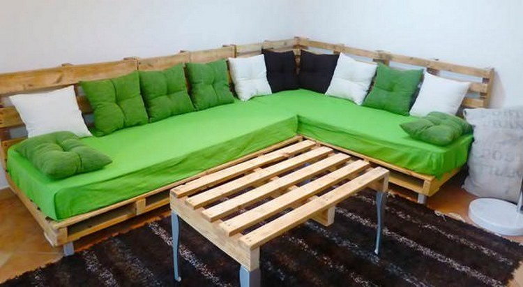 Pallet-Corner-Couch-with-Table