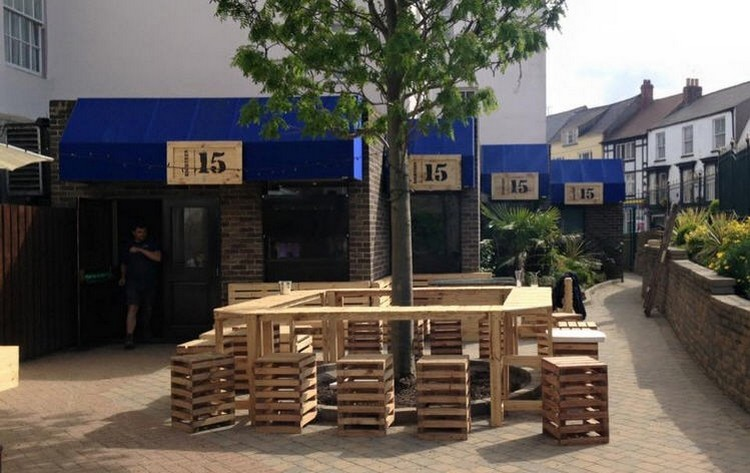Pallet-Seating-with-Tree