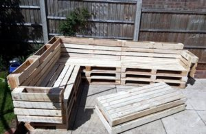 Recycled-Pallet-Corner-Sofa-with-Table