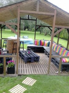 Recycled-Pallet-Deck-with-Furniture