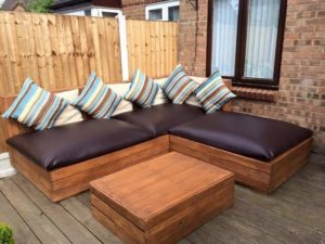 Wood-Pallet-Corner-Sofa-with-Table