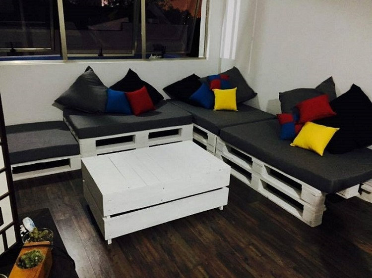 Wooden-Pallet-Corner-Couch-with-Table