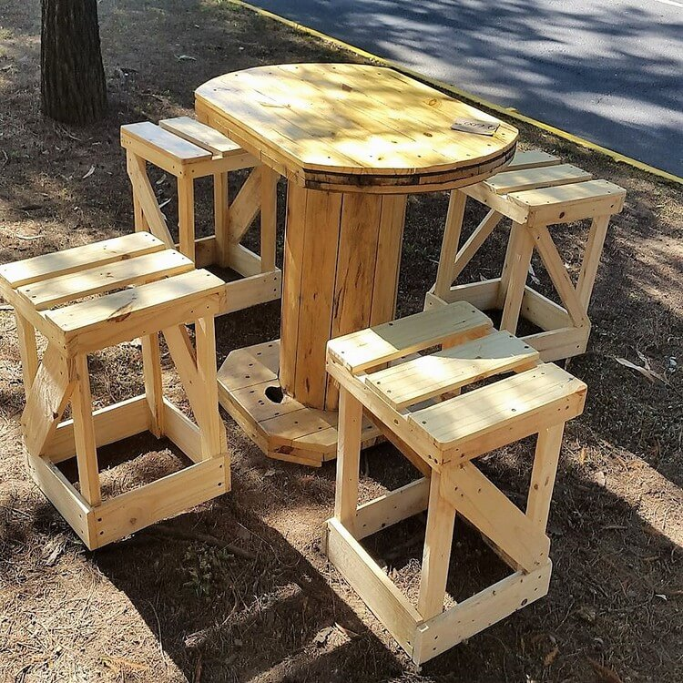 Pallet Round Table with Stools
